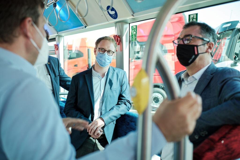 Emmerich und Oezdemir im Bus auf dem IVECO-Gelaende.