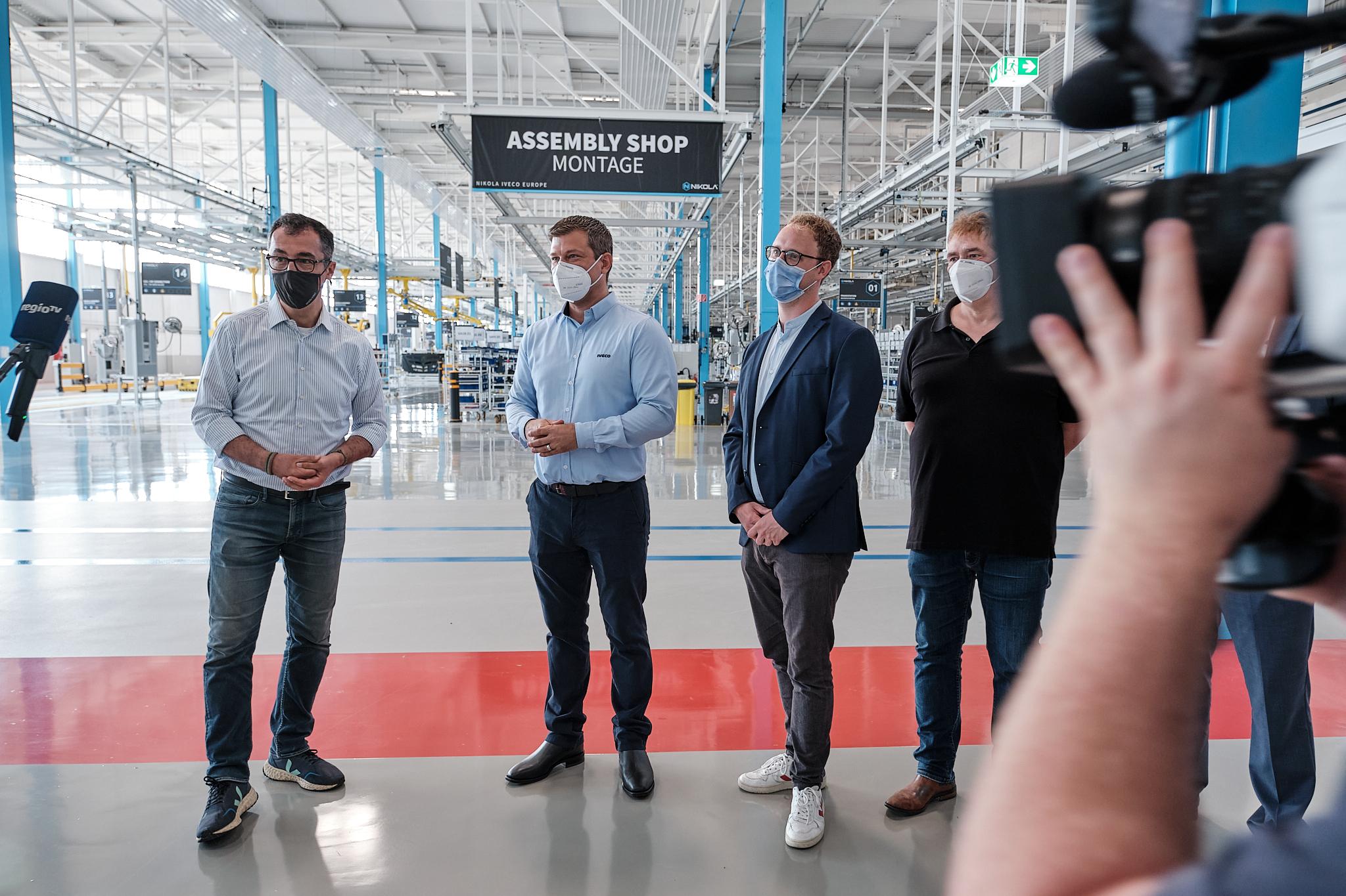 Emmerich, Özdemir und Marx in der Iveco-Produktionshalle.