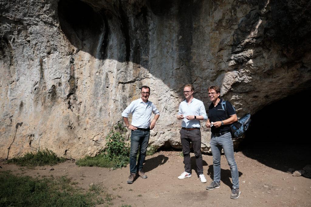 Emmerich und Özdemir vor der Sirgensteinhöhle.